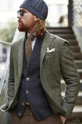 Come indossare e abbinare: blazer di lana verde oliva, cardigan lavorato a maglia blu scuro, camicia a maniche lunghe bianca, chino marroni