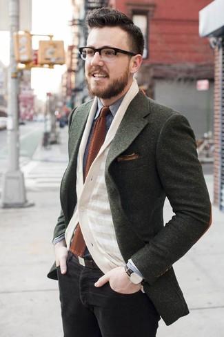 Come indossare e abbinare: blazer di lana verde oliva, cardigan a righe orizzontali beige, camicia di jeans grigia, jeans aderenti neri