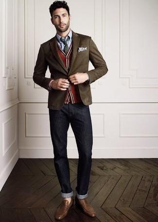 Come indossare e abbinare: blazer marrone scuro, cardigan rosso, camicia elegante in chambray azzurra, jeans grigio scuro