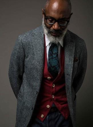 Come indossare e abbinare: blazer a spina di pesce grigio, cardigan rosso, camicia elegante bianca, jeans blu scuro