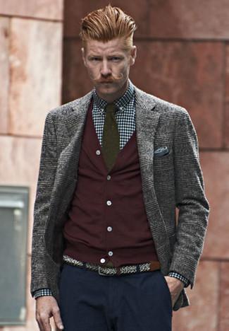 Come indossare e abbinare: blazer di lana scozzese grigio, cardigan bordeaux, camicia elegante a quadretti blu scuro e bianca, chino blu scuro