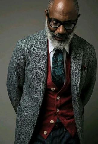Come indossare: blazer di lana a spina di pesce grigio, cardigan rosso, camicia elegante bianca, jeans blu scuro