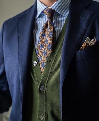 Come indossare: blazer blu scuro, cardigan verde oliva, camicia elegante a righe verticali bianca e blu, cravatta stampata arancione