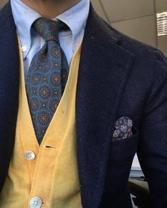 Come indossare e abbinare: blazer di lana nero, cardigan giallo, camicia elegante azzurra, cravatta stampata viola