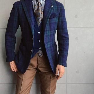 Come indossare e abbinare: blazer scozzese blu scuro e verde, cardigan blu scuro, camicia elegante a righe verticali bianca e nera, pantaloni eleganti marroni