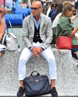 Come indossare e abbinare: blazer grigio, cardigan blu scuro, camicia elegante azzurra, chino bianchi