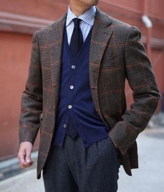 Come indossare e abbinare: blazer di lana a quadri marrone scuro, cardigan blu scuro, camicia elegante a righe verticali azzurra, pantaloni eleganti di lana grigio scuro