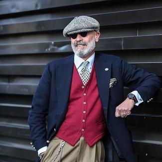Come indossare e abbinare un cardigan rosso: Metti un cardigan rosso e pantaloni eleganti marrone chiaro per essere sofisticato e di classe.