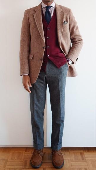 Come indossare e abbinare un cardigan rosso: Scegli un cardigan rosso e pantaloni eleganti di lana grigi per un look elegante e alla moda. Perfeziona questo look con un paio di scarpe derby in pelle scamosciata marroni.