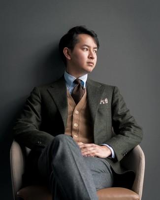 Come indossare e abbinare: blazer di lana verde scuro, cardigan marrone chiaro, camicia elegante a righe verticali azzurra, pantaloni eleganti di lana grigio scuro