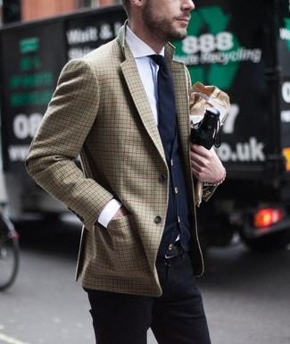 Come indossare e abbinare: blazer con motivo pied de poule marrone, cardigan blu scuro, camicia elegante bianca, chino neri