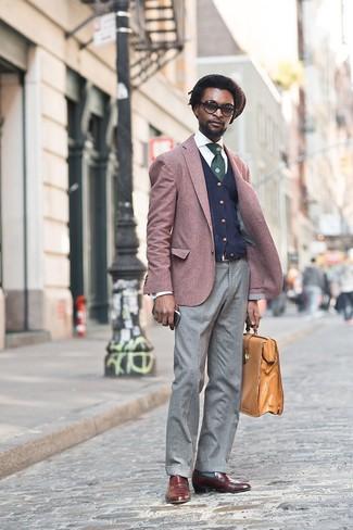 Come indossare e abbinare: blazer bordeaux, cardigan blu scuro, camicia elegante bianca, pantaloni eleganti di lana grigi