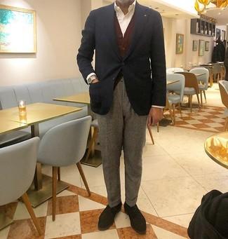 Come indossare e abbinare: blazer blu scuro, cardigan bordeaux, camicia elegante bianca, pantaloni eleganti di lana grigi