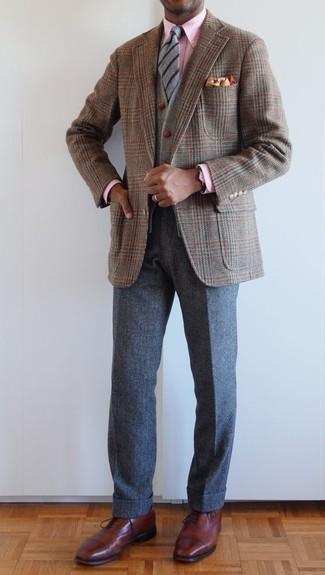 Come indossare e abbinare chino di lana grigio scuro: Prova a combinare un blazer con motivo pied de poule marrone con chino di lana grigio scuro per un look da sfoggiare sul lavoro. Un bel paio di scarpe oxford in pelle marroni è un modo semplice di impreziosire il tuo look.
