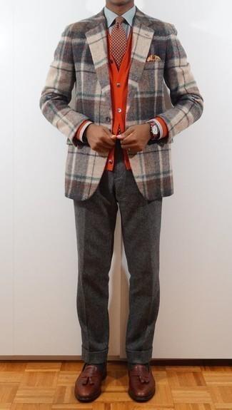 Come indossare e abbinare un cardigan rosso: Scegli un cardigan rosso e pantaloni eleganti di lana grigio scuro come un vero gentiluomo. Completa questo look con un paio di mocassini con nappine in pelle marroni.