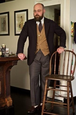 Come indossare e abbinare una cravatta stampata viola: Scegli un outfit composto da un blazer marrone scuro e una cravatta stampata viola per essere sofisticato e di classe. Rifinisci questo look con un paio di mocassini eleganti in pelle marrone scuro.