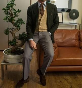 Come indossare e abbinare un blazer verde scuro: Prova ad abbinare un blazer verde scuro con pantaloni eleganti grigi per essere sofisticato e di classe. Scarpe monk in pelle scamosciata marrone scuro sono una gradevolissima scelta per completare il look.