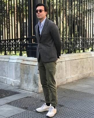 Come indossare e abbinare un cardigan nero: Questa combinazione di un cardigan nero e pantaloni cargo verde oliva ti permetterà di sfoggiare uno stile semplice nel tempo libero. Calza un paio di scarpe sportive bianche per avere un aspetto più rilassato.