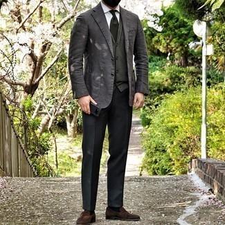 Come indossare e abbinare un cardigan verde scuro: Mostra il tuo stile in un cardigan verde scuro con pantaloni eleganti neri per un look elegante e alla moda. Mocassini eleganti in pelle scamosciata marroni sono una validissima scelta per completare il look.