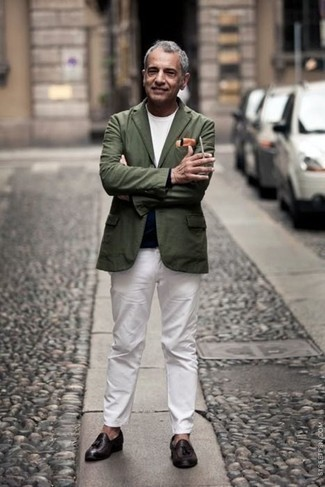 Trend da uomo 2021 in autunno 2021: Mostra il tuo stile in un blazer verde oliva con chino bianchi per un abbigliamento elegante ma casual. Scegli uno stile classico per le calzature e scegli un paio di mocassini con nappine in pelle marrone scuro come calzature. Un outfit splendido per essere cool e trendy anche in questi mesi autunnali.