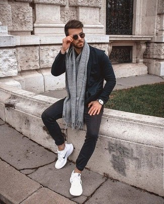 Trend da uomo 2020: Scegli un blazer blu scuro e chino grigio scuro per un look davvero alla moda. Per distinguerti dagli altri, prova con un paio di scarpe sportive bianche.
