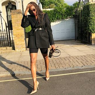Come indossare: blazer nero, décolleté di raso beige, pochette in pelle stampata marrone scuro, cintura a vita alta in pelle nera