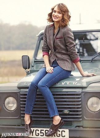 Come indossare: blazer di lana a quadri marrone, jeans aderenti blu, scarpe brogue in pelle marrone scuro