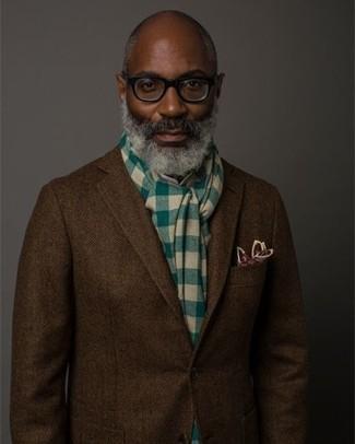 Come indossare: blazer di lana a spina di pesce marrone scuro, fazzoletto da taschino stampato bordeaux, sciarpa a quadri verde