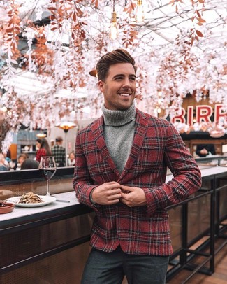 Come indossare e abbinare: blazer di lana scozzese rosso, dolcevita grigio, pantaloni eleganti di lana grigio scuro
