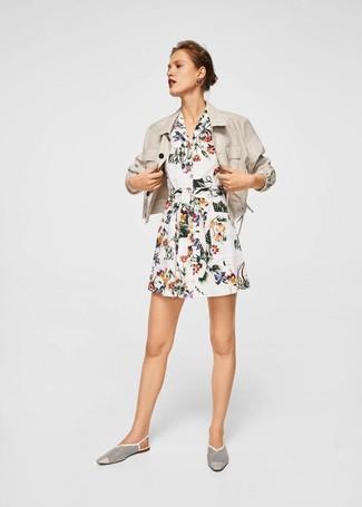 Come indossare e abbinare un blazer di lino beige: Mostra il tuo stile in un blazer di lino beige con un vestito chemisier a fiori bianco per un look raffinato per il tempo libero. Sfodera il gusto per le calzature di lusso e opta per un paio di mocassini eleganti in pelle tagliati bianchi.