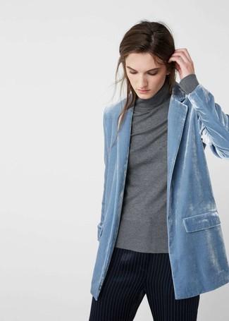Come indossare e abbinare: blazer di velluto azzurro, dolcevita grigio, pantaloni stretti in fondo a righe verticali blu scuro