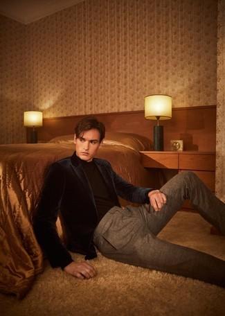Trend da uomo: Metti un blazer di velluto blu scuro e pantaloni eleganti marroni per essere sofisticato e di classe.