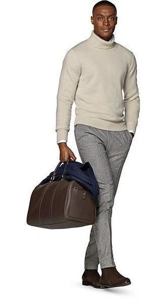 Come indossare e abbinare: blazer di lana blu scuro, dolcevita beige, camicia a maniche lunghe bianca, pantaloni eleganti di lana grigi