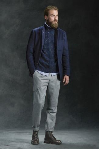 Come indossare e abbinare un blazer di lana blu scuro: Abbinare un blazer di lana blu scuro e pantaloni cargo grigi è una comoda opzione per fare commissioni in città. Stivali casual in pelle marrone scuro sono una valida scelta per completare il look.