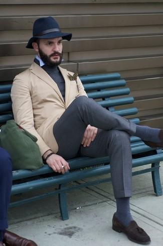 Come indossare e abbinare: blazer marrone chiaro, dolcevita grigio scuro, camicia a maniche lunghe azzurra, pantaloni eleganti grigio scuro