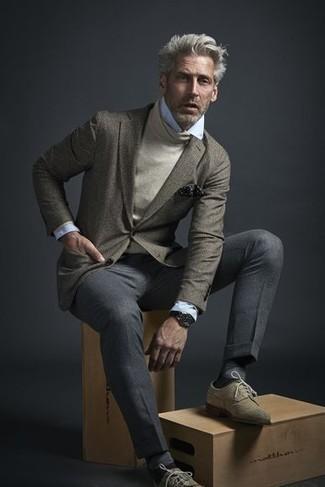 Come indossare e abbinare un dolcevita beige: Metti un dolcevita beige e pantaloni eleganti grigi per un look elegante e alla moda. Rifinisci questo look con un paio di scarpe brogue in pelle scamosciata beige.