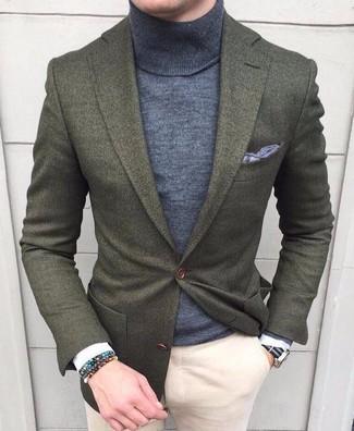 Come indossare e abbinare: blazer di lana verde oliva, dolcevita grigio, chino beige, fazzoletto da taschino grigio
