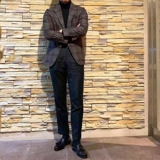 Come indossare e abbinare: blazer scozzese grigio scuro, dolcevita nero, chino neri, mocassini con nappine in pelle neri