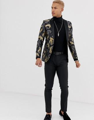 Come indossare e abbinare: blazer in broccato nero, dolcevita nero, chino neri, mocassini con nappine in pelle scamosciata neri