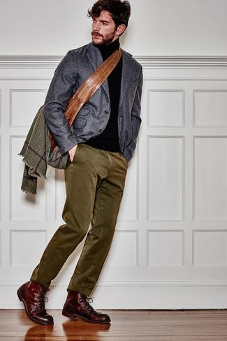 Come indossare e abbinare stivali casual in pelle bordeaux: Abbina un blazer di lana grigio scuro con chino verde oliva se cerchi uno stile ordinato e alla moda. Stivali casual in pelle bordeaux sono una eccellente scelta per completare il look.