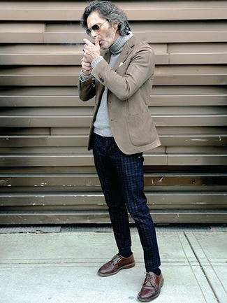Trend da uomo 2020 in primavera 2020: Potresti abbinare un blazer marrone con chino con motivo pied de poule blu scuro per un drink dopo il lavoro. Ti senti creativo? Completa il tuo outfit con un paio di scarpe derby in pelle marroni. Un look splendido per essere elegante e alla moda anche in questi mesi primaverili.