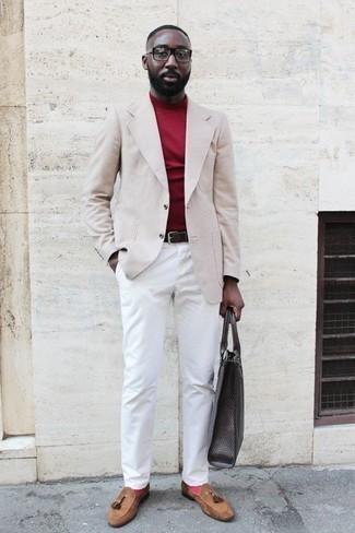 Trend da uomo 2020: Indossa un blazer a quadri beige con chino bianchi per un drink dopo il lavoro. Calza un paio di mocassini con nappine in pelle scamosciata marrone chiaro per un tocco virile.
