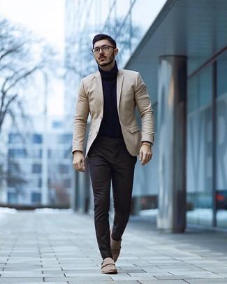 Come indossare e abbinare calzini marrone scuro: Potresti abbinare un blazer beige con calzini marrone scuro per un look perfetto per il weekend. Scegli un paio di scarpe double monk in pelle scamosciata beige come calzature per dare un tocco classico al completo.