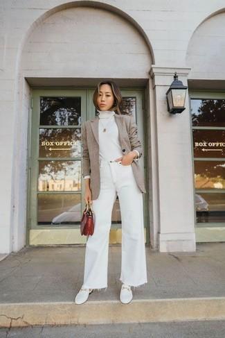 Come indossare e abbinare un blazer marrone chiaro: Scegli un blazer marrone chiaro e jeans a campana bianchi per un look trendy e alla mano. Mocassini eleganti in pelle bianchi sono una eccellente scelta per completare il look.