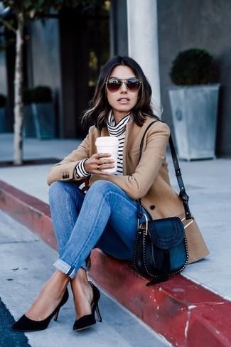 Come indossare: blazer di lana marrone chiaro, dolcevita a righe orizzontali bianco e nero, jeans aderenti blu, décolleté in pelle scamosciata neri