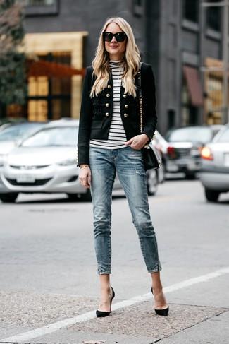 Trend da donna 2020: Coniuga un blazer decorato nero con jeans aderenti blu per un look spensierato e alla moda. Décolleté in pelle scamosciata neri sono una splendida scelta per completare il look.
