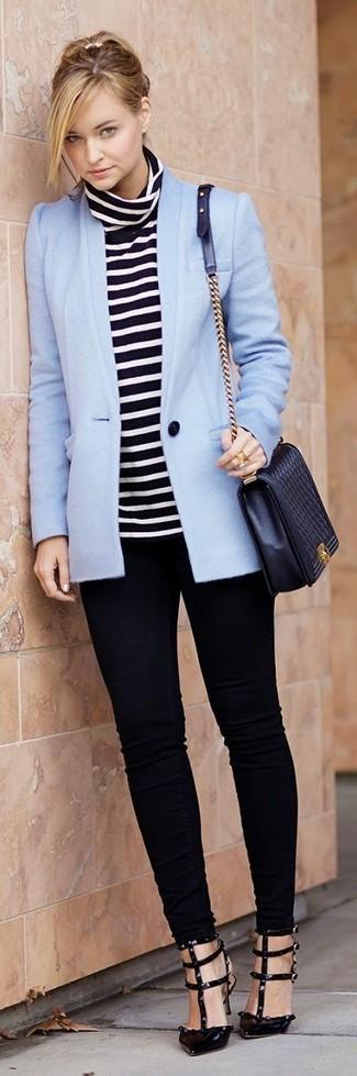 Trend da donna 2020: L'abbinamento giusto di un blazer azzurro e jeans aderenti neri ti consentirà di distinguerti senza sforzi. Completa questo look con un paio di décolleté in pelle neri.