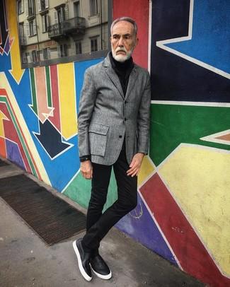 Come indossare: blazer di lana grigio, dolcevita nero, jeans aderenti neri, sneakers senza lacci in pelle nere