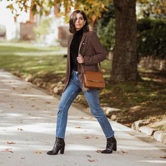 Come indossare e abbinare: blazer stampato marrone, dolcevita nero, jeans blu, stivaletti in pelle neri