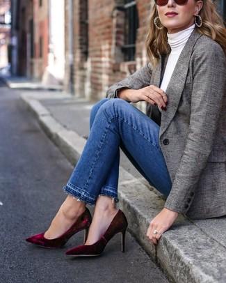 Come indossare: blazer scozzese grigio, dolcevita bianco, jeans blu, décolleté di velluto bordeaux
